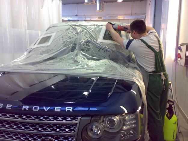 Автомобиль надо тщательно подготовить к полировке лобового стекла своими руками