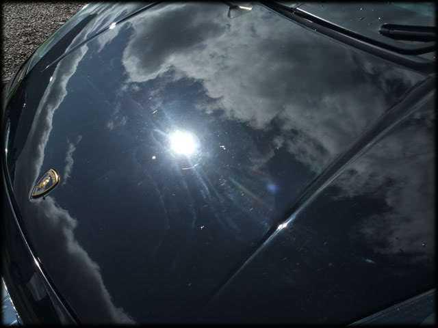 Дефекты лакокрасочного покрытия автомобиля вызываются застаревшей грязью и пылью в помещении
