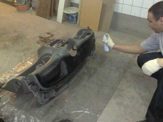 Покраска балончиком демонтированной панели приборов авто