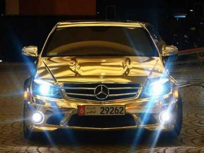 Машина в золотом виниле