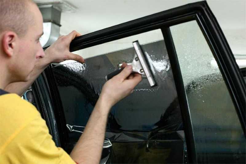 Нанесение темной пленки на боковое стекло автомобиля