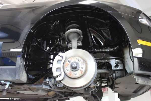 Битумная обработка вокруг колеса защитит важные узлы автомобиля