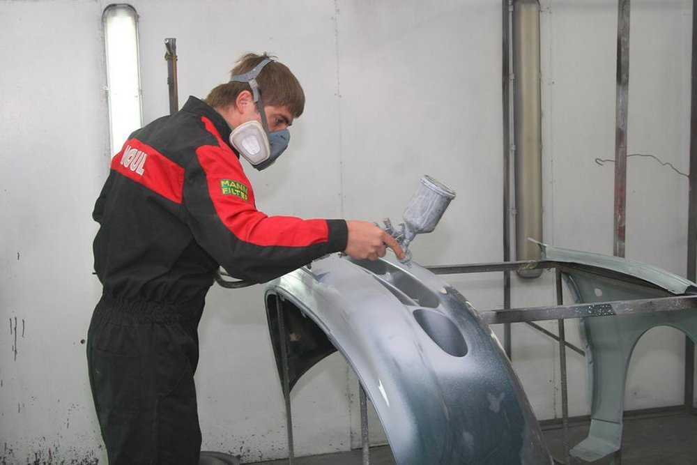 Процесс покраски автомобильного бампера