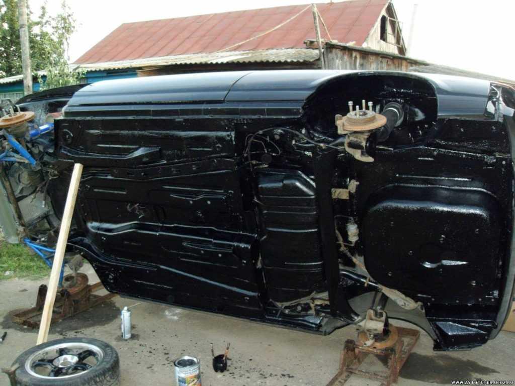 Обработанное мастикой днище машины