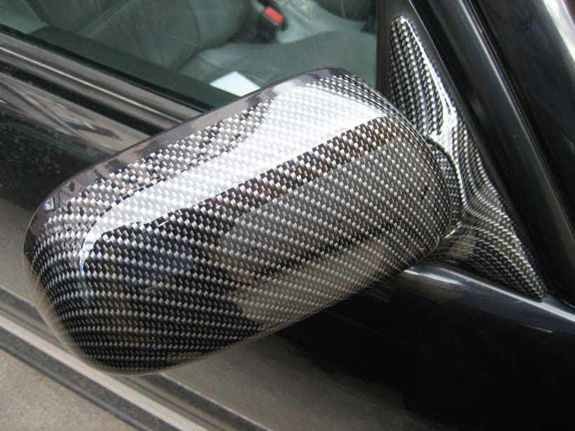 Пленкой украшено зеркало авто