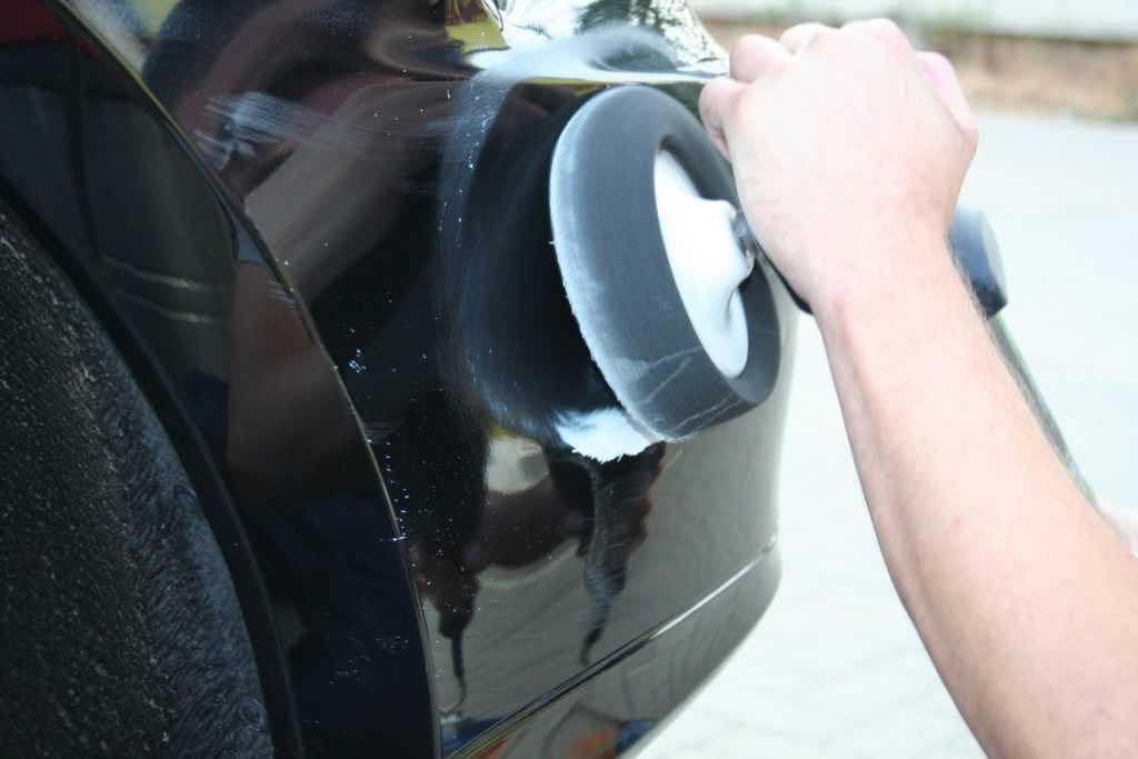 Процесс полировки авто мастером на автосервисе