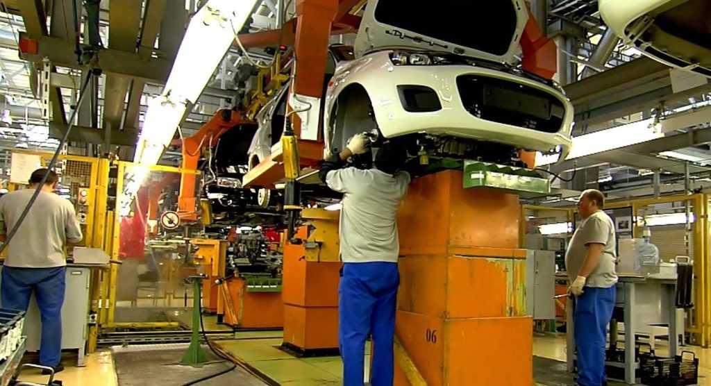 Рабочие завода за работой
