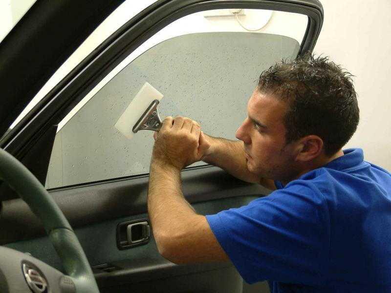 Мастер легко и быстро установит автомобильную пленку