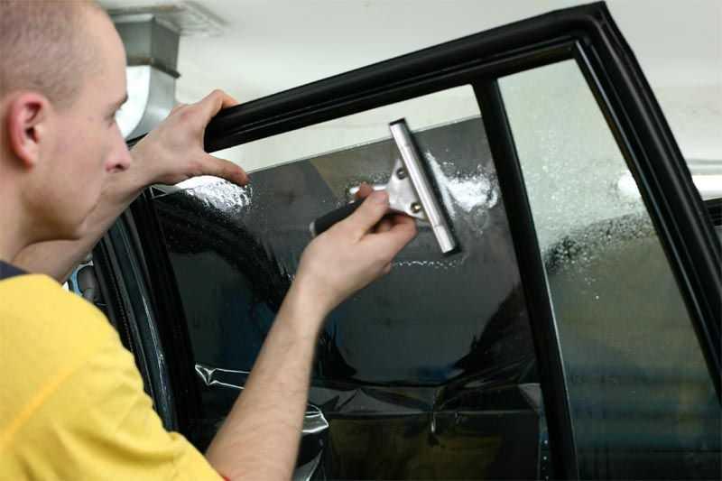 Пленка прочно приклеивается к стеклу посредством нагрева