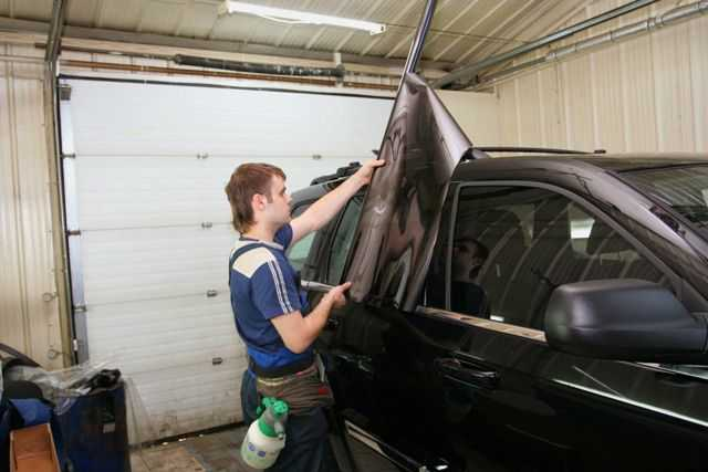 Следует аккуратно раскроить пленку под размеры окон автомобиля