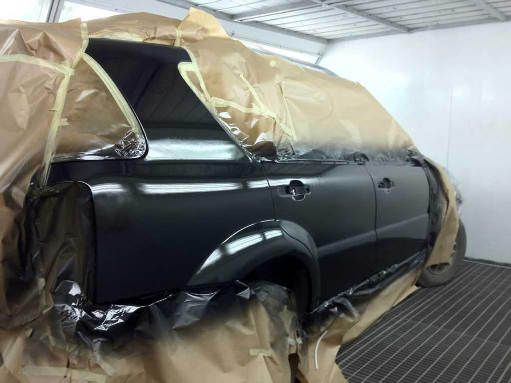 Процесс окрашивания авто выполняется в специальной камере