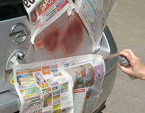 Неокрашиваемые участки защищают газетой