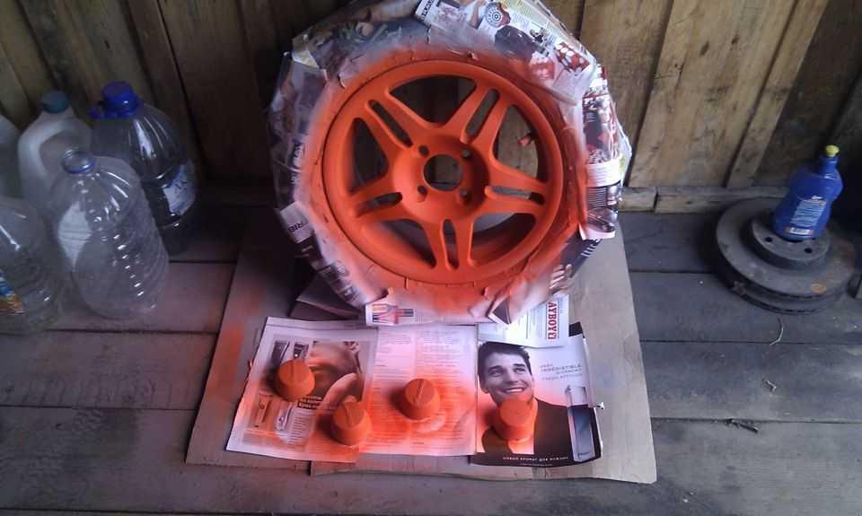 Окрашенный диск в гараже