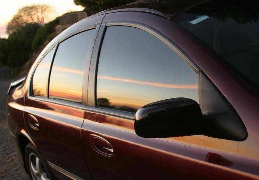Затемненные окна автомобиля украшают