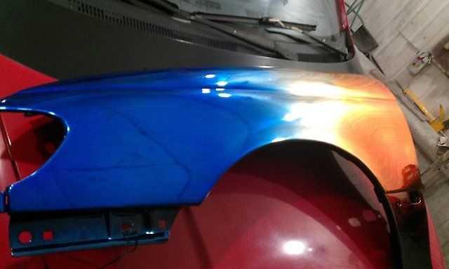 Хромированное крыло автомобиля переливается на солнце и многократно меняет свой свет