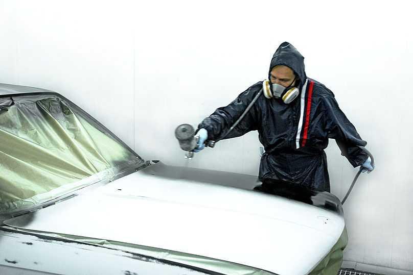 Перед покраской авто тщательно грунтуют для устранения дефектов кузова