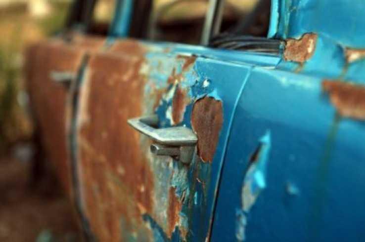 Ржавая дверь автомобиля