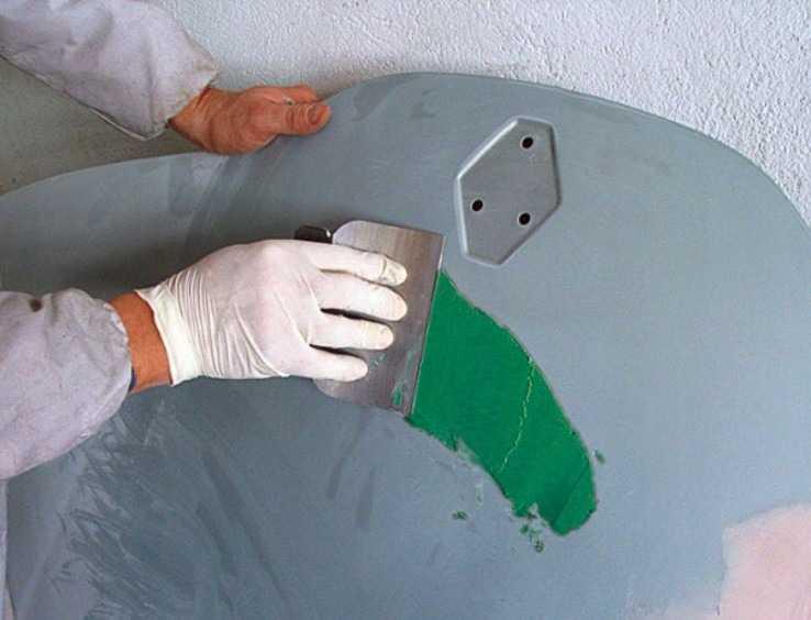 Нанесение шпаклевки со стекловолокном на капот