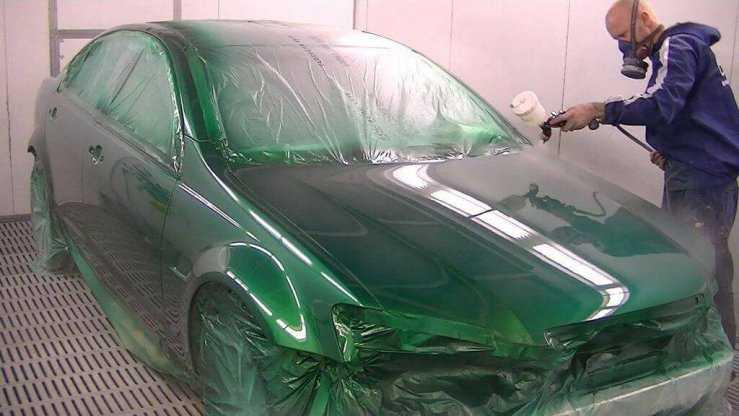 Процесс покраски кузова в зеленый металлик