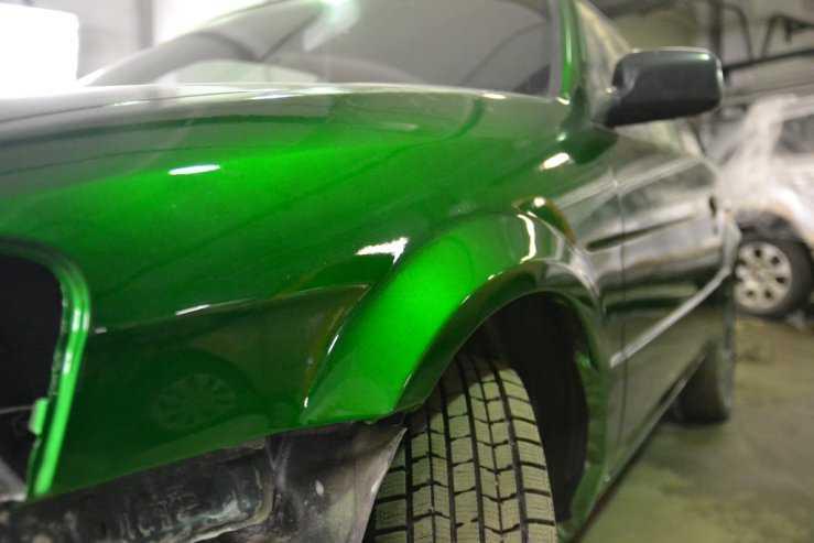 Лакировка зеленого крыла после покраски