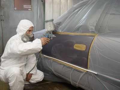 Подготовка перед покраской крыла автомобиля начинается с тщательной обработки участка